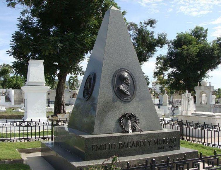 Mausoleo de Emilio Bacardí en el Cementerio Santa Ifigenia, de Santiago de Cuba. Foto: Ignacio Fernández Díaz.