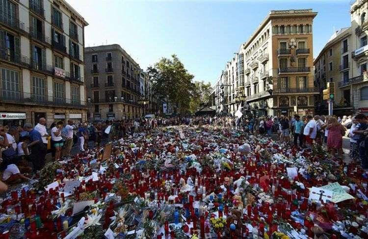 Cientos de personas se congregan en Las Ramblas de Barcelona, en el mosaico de Miró, en apoyo y recuerdo a las víctimas del atentado del pasado jueves. Foto: Alejandro García / EFE.