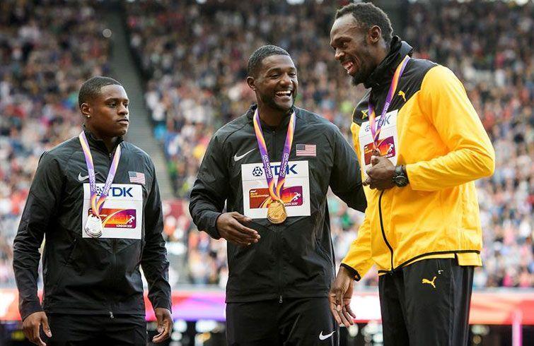 Bolt en el podio de Londres. Junto a él Coleman (izquierda), plata, y Gatlin (centro), oro. Foto: Jean-Christophe Bott / EFE.