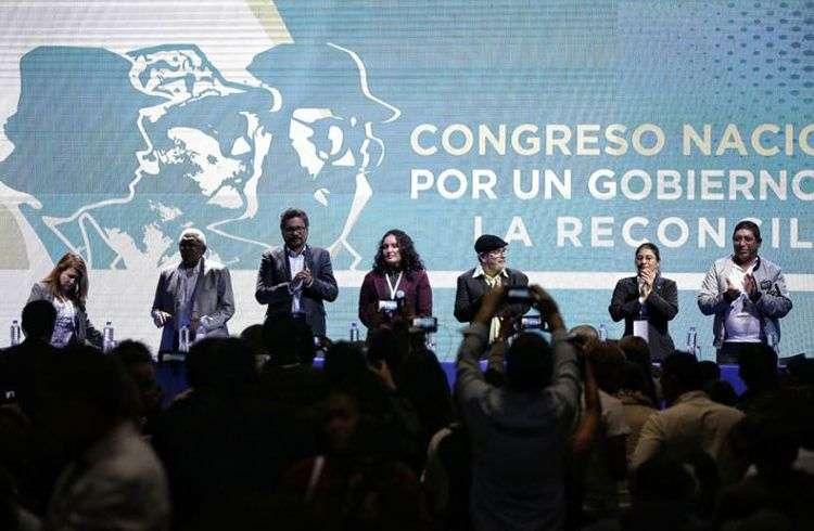 Celebración del congreso de las FARC en Bogotá, presidido por Rodrigo Londoño, alias Timochenko (tercero de derecha a izquierda), máximo líder de la agrupación guerrillera. Foto: El Heraldo.