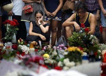 Ofrendas de flores y velas en Las Ramblas de Barcelona, para las víctimas del atentado terrorista. Foto: Alberto Estévez / EFE.