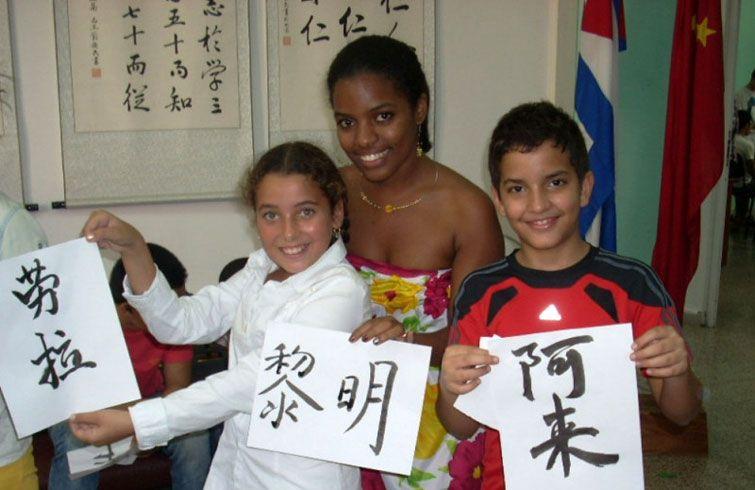 Patricia with two of her students in Havana's Confucius Institute. Photo: Courtesy of Patricia Zulueta Bravo.