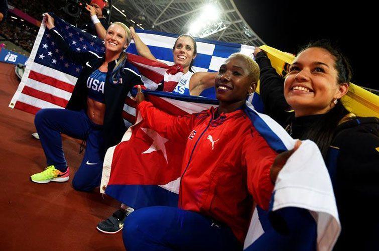 El podio de la pértiga femenina. De izquierda a derecha: Sandi Morris (plata), Ekaterini Stefanidi (oro), Yarisley Silva (bronce) y Robeilys Peinado (bronce). Foto: Franck Robichon / EFE.