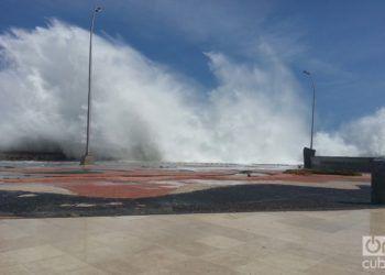 Las olas de Irma en el malecón habanero. Foto: Eduardo González Martínez.