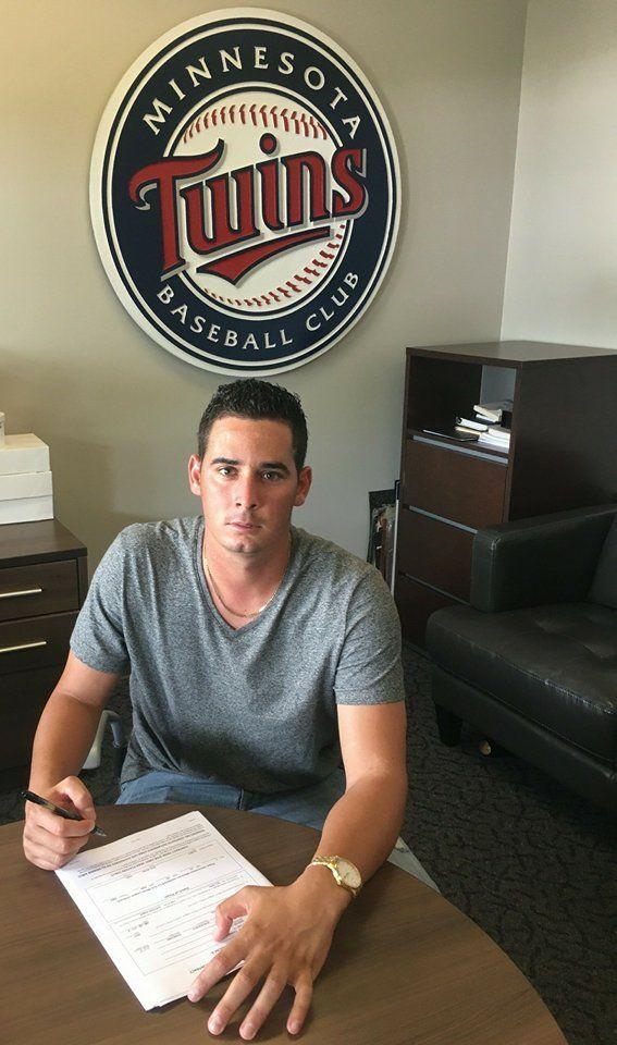 Dariel Crespo firma con los Mellizos de Minnesota. Foto: Cortesía del entrevistado.