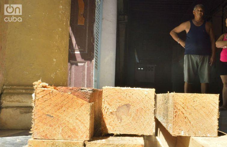 Las vigas que deben apuntalar la casa de Fraga. Foto: Otmaro Rodríguez.