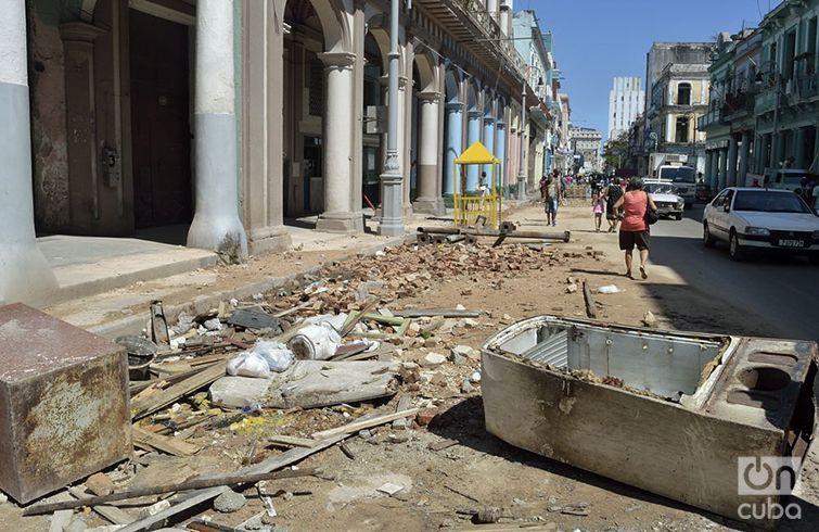 Algunos escombros limitaban todavía el jueves el paso en la calle Galiano. Foto: Otmaro Rodríguez.