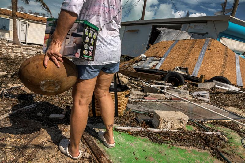 A resident collects the useful remains after the passage of Hurricane Irma. Image from Wednesday September 13, 2017, in Marathon, the Florida Keys. Photo: Cristóbal Herrera / EFE.