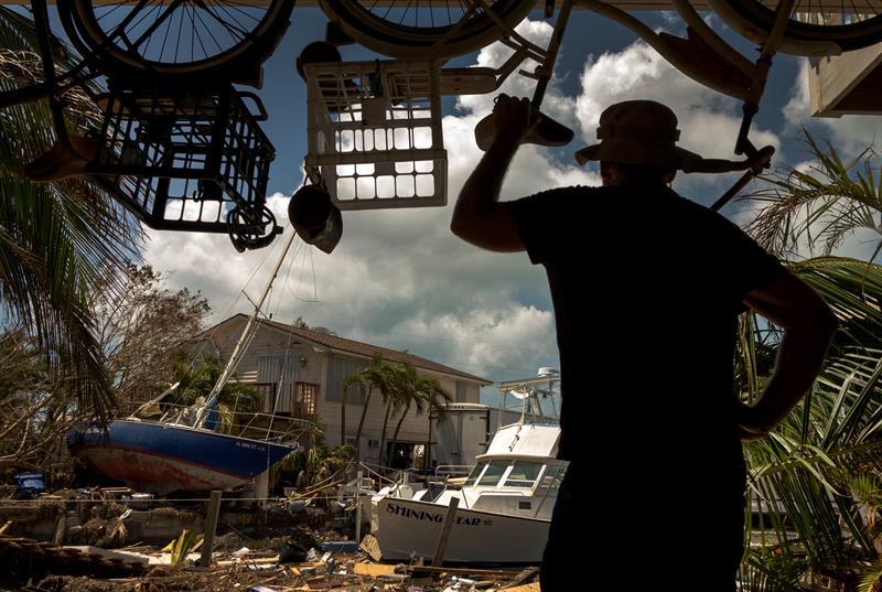 Una persona observa un barco apoyado en una casa hoy, miércoles 13 de septiembre de 2017, en Marathon, los Cayos de Florida