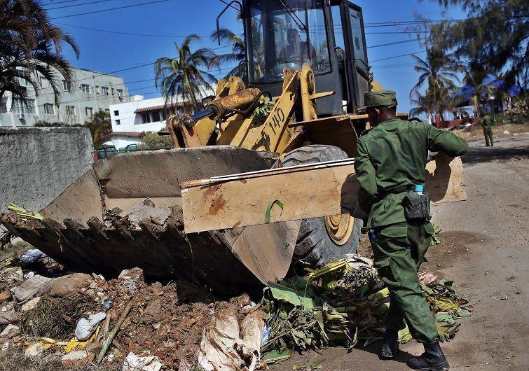 Obreros y militares trabajan en la rehabilitación de las zonas afectadas por el paso del huracán Irma, hoy miércoles, 13 de septiembre, en la Habana. Foto: Alejandro Ernesto / EFE.
