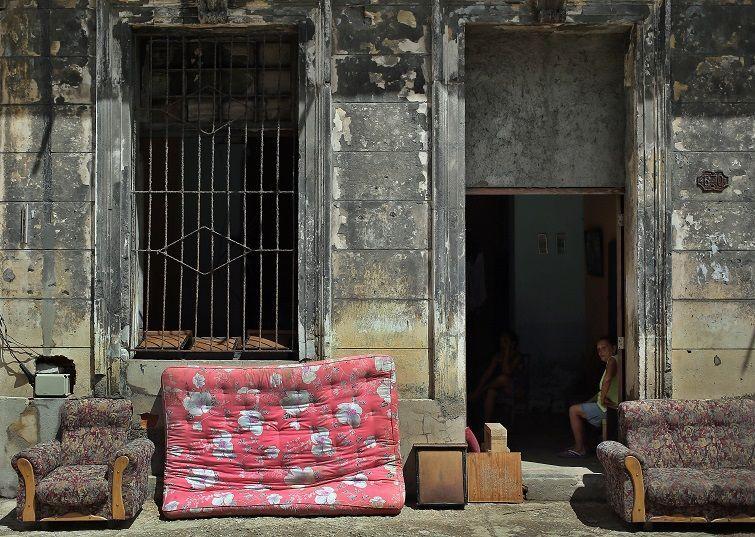 Muebles al sol tras el paso del huracán Irma, hoy miércoles, 13 de septiembre, en la Habana. Foto: Alejandro Ernesto / EFE.