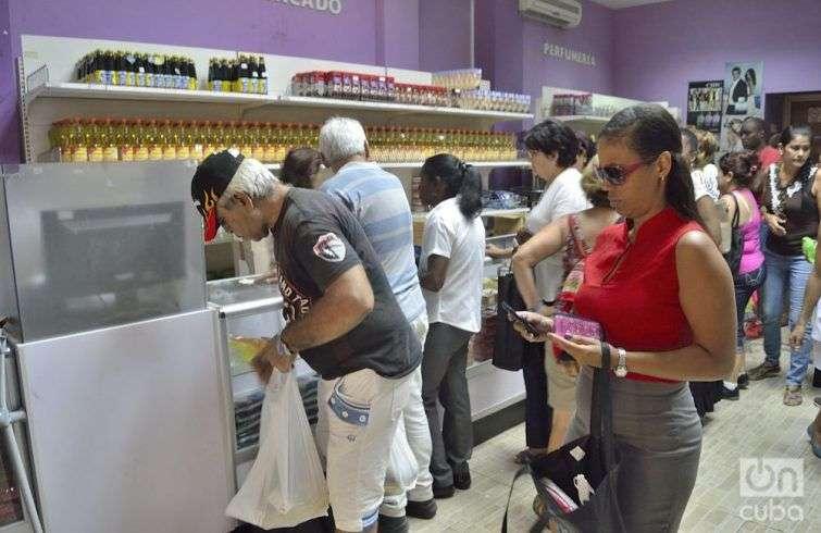 Incluso en La Habana, las personas compran alimentos previendo las afectaciones de Irma. Foto: Otmaro Rodríguez.