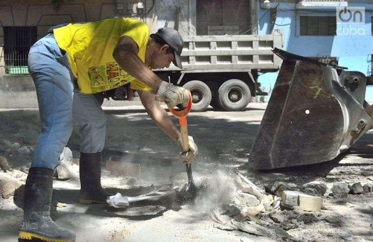 Incluso en La Habana, se limpian escombros en espera de Irma. Foto: Otmaro Rodríguez.