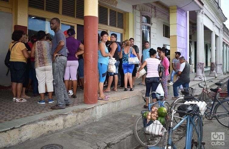 En provincias más alejadas aún de Irma, como Villa Clara, comenzaron labores de limpieza y las personas toman medidas y se apertrechan de alimentos. Foto: Iris C. Mujica.