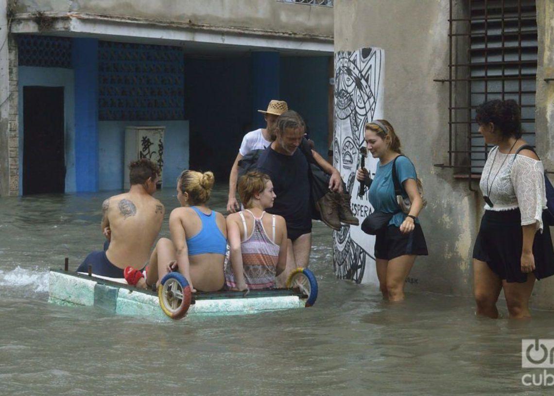 Turistas en medio de las inundaciones provocadas por el huracán Irma en La Habana. Foto: Otmaro Rodriguez