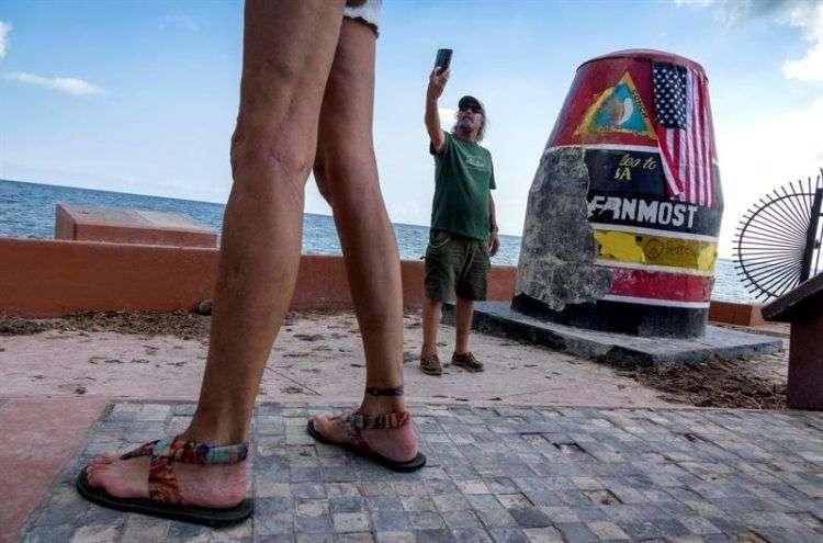 Un residente de Key West toma un selfie frente a la boya que marca el punto más austral de los EE.UU. después de que el huracán Irma golpeó los Cayos de Florida. Foto: Cristóbal Herrera / EFE.