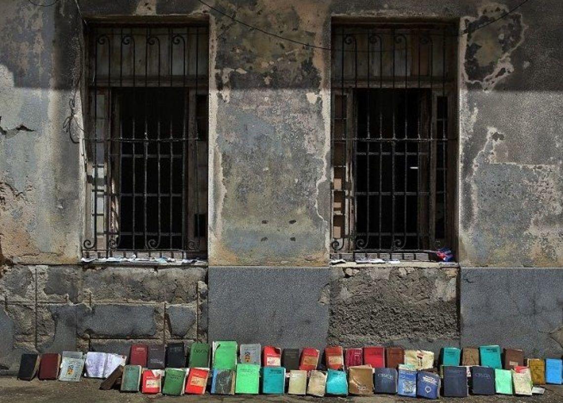 Libros al sol después de Irma. Foto: Alejandro Ernesto / EFE.