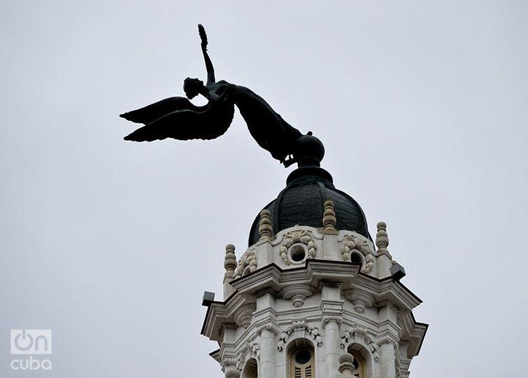 El ángel de bronce doblado por los vientos del huracán, antes de ser bajado de una de las cúpulas del Gran Teatro de La Habana. Foto: Otmaro Rodríguez.