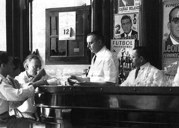 Hemingway at the bar. Photo: El Floridita Archives.