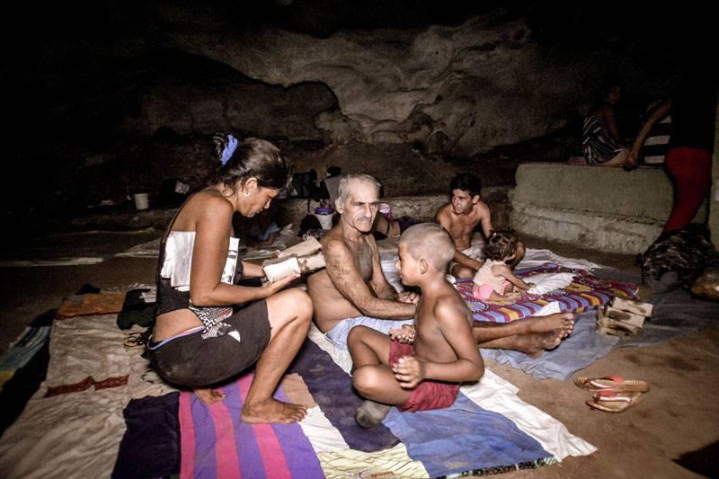 Evacuees in a cave in Holguín. Photo: Juan Pablo Carreras.