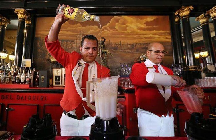 Los bartenders del Floridita en acción. Foto: Alejandro Ernesto / EFE.