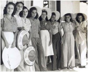 Doncellas que concurrían a las regatas para aplaudir a los remeros. Foto: Archivo de la revista Bohemia.