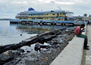 Contaminación  con desechos de petróleo en la bahía de La Habana. Foto: Otmaro Rodríguez.