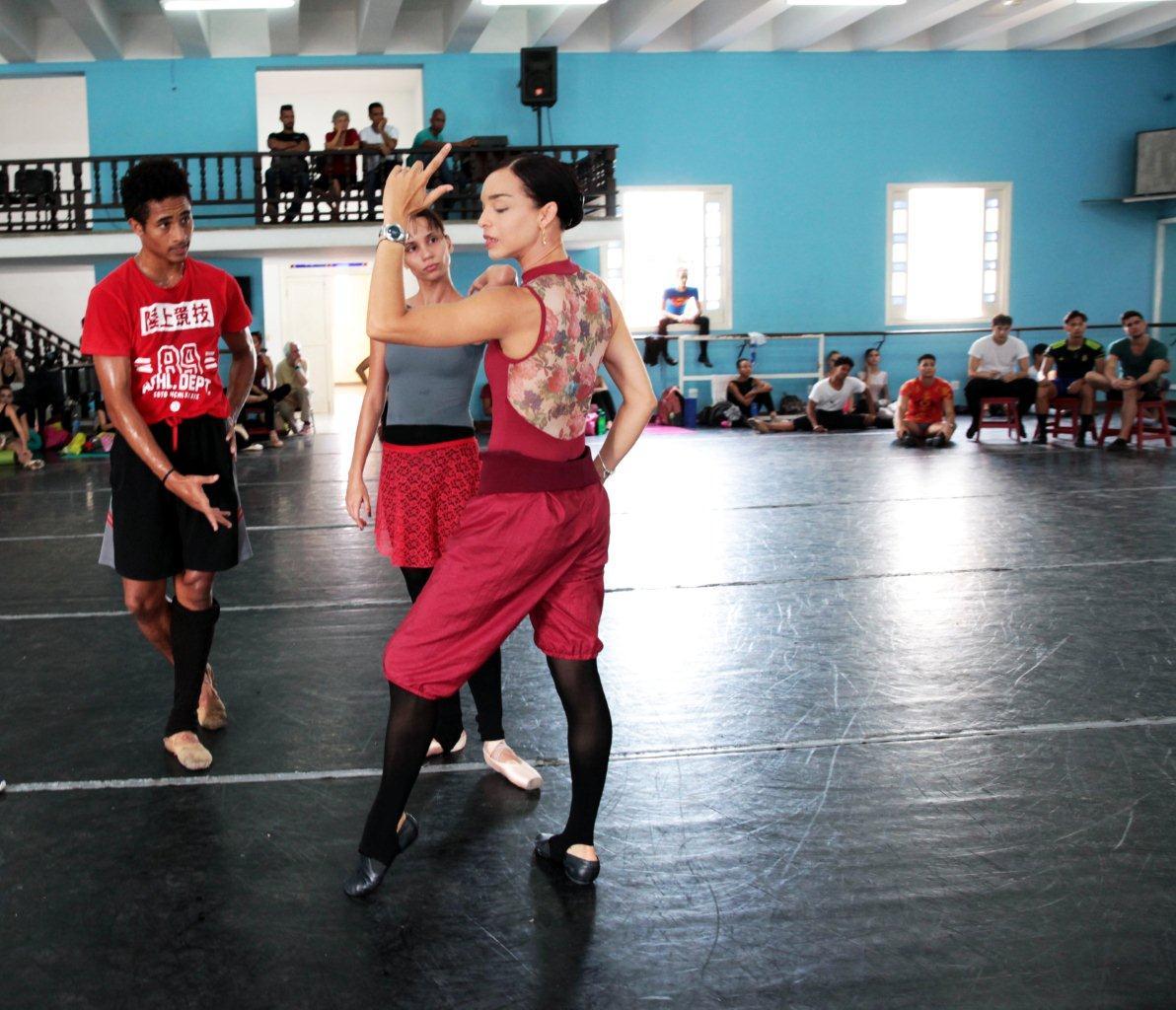 Viengsay Valdés ensaya a Grettel Morejón y Patricio Revé para la pieza Carmen. Foto: Nancy Reyes.