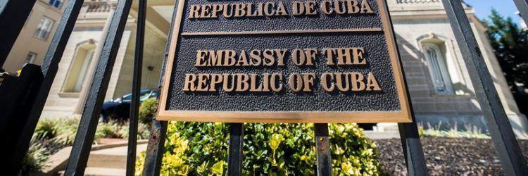 Estados Unidos ha ordenado la retirada de todo su personal no esencial en su embajada en Cuba, y ha expulsado a 15 funcionarios cubanos de la embajada en Washington. Foto: Alejandro Ernesto / EFE.