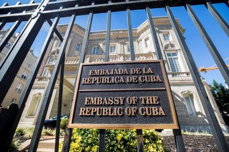 """Fachada de la embajada cubana en Washington, hoy, 3 de octubre de 2017. Estados Unidos ordenó hoy la salida de 15 funcionarios de la embajada cubana en Washington, en respuesta a los supuestos """"ataques"""" acústicos que han sufrido al menos 22 diplomáticos estadounidenses en Cuba, y que han llevado al Departamento de Estado a reducir su personal en la isla caribeña. Foto: Jim Lo Scalzo / EFE."""