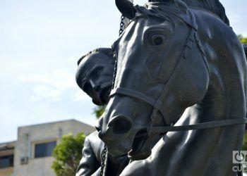 Una réplica de la escultura ecuestre de Martí que se levanta en Nueva York fue colocada en el Centro Histórico de La Habana. Foto: Otmaro Rodríguez Díaz.