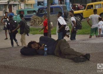 Deambulantes en las calles cubanas. Parque el Curita. Foto: Otmaro Rodríguez Díaz.