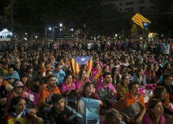 """Los catalanes se congregaron la noche de este 1ro de octubre en la Plaza de Cataluña, en Barcelona, tras el referéndum independentista que concluyó con el triunfo del """"sí"""" a pesar de su prohibición por el gobierno de Mariano Rajoy. Foto: Santi Donaire / EFE."""