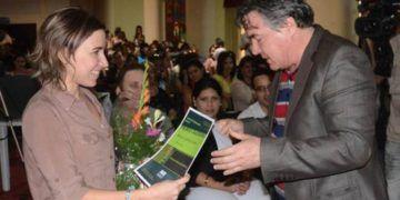 Diana Castaños recibe el Premio Calendario 2016 en Literatura Infantil, de manos del entonces Ministro de Cultura de Cuba, Julián Gonzalez. Foto: Yander Zamora / Granma.