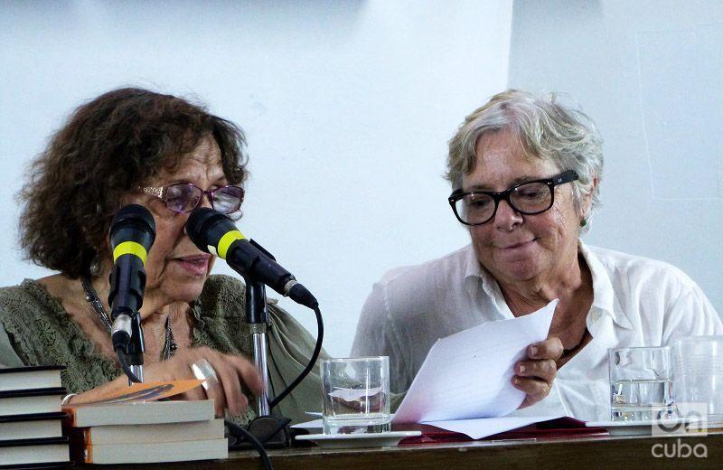 Sonia Rivera Valdés y Nereida García en el homenaje a Ana Mendieta en Casa de las Américas. Foto: Ángel Marqués Dolz.