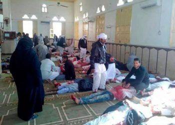 Varias personas permanecen junto a cuerpos sin vida en el interior una mezquita contra la que se ha perpetrado un ataque, en la ciudad de Al Arish, en el norte de la península del Sinaí (Egipto), hoy. Foto: EFE.