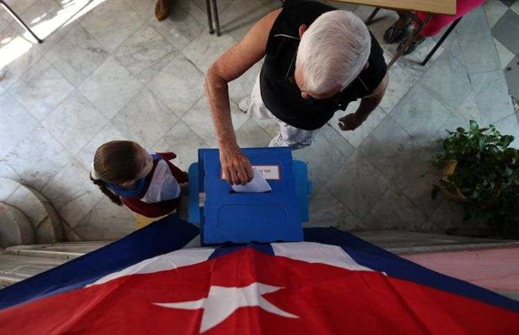 Elecciones municipales en un colegio electoral de La Habana. Foto: Alejandro Ernesto / EFE.