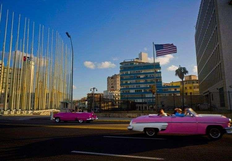 Turistas se desplazan frente a la embajada de Estados Unidos en La Habana. Foto: Ramón Espinosa / AP.