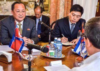 El canciller de Corea del Norte, Ri Yong-ho (izquierda), en su encuentro con su homólogo cubano, Bruno Rodríguez Parrilla (espalda), en la sede de la Cancillería de la Isla. Foto: Yasiel Peña / EFE.