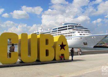 El crucero estadounidense Insignia en la bahía de Santiago de Cuba. Foto: Claudia García.