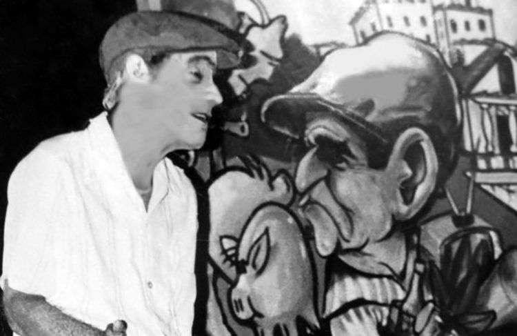 """Homero Perdomo interpreta el monólogo """"Yo, Cuinco"""". Al fondo una caricatura de Boligán. Foto: Orlando Carrió."""