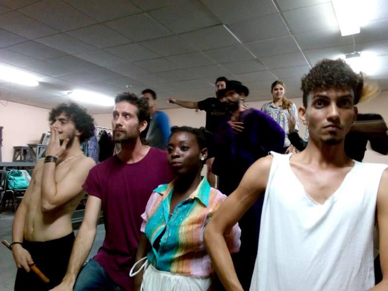 """Actores de Teatro El Público durante los ensayos de """"Ivonne, Princesa de Borgoña"""". Foto: Perfil en Facebook de la compañía."""