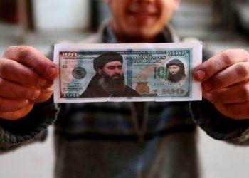 Un billete falso de 100 dólares que retrata líderes del ISIS. Foto: Bassam Khabieh / Reuters.