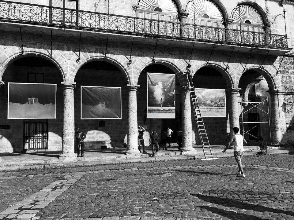 """Gabriel Guerra montando su exposición """"...Es la esperanza"""", que estrena la Plaza de la Catedral como galería al aire libre. Foto: Iván Soca."""