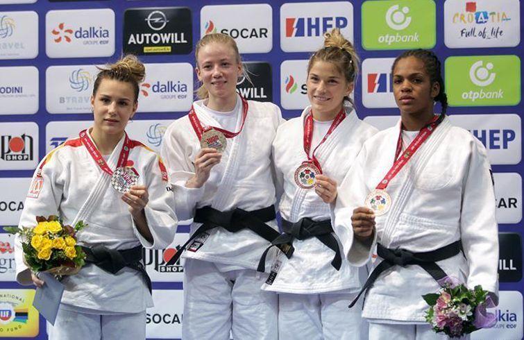 Melissa Hurtado (d) alcanzó uno de los bronces en el Mundial juvenil de judo 2017. Foto: news.cn