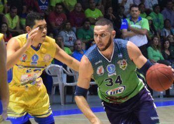 Orestes Torres (d) con la camiseta del club Santa Tecla de la Liga Mayor de El Salvador. Foto: El Tecleño.