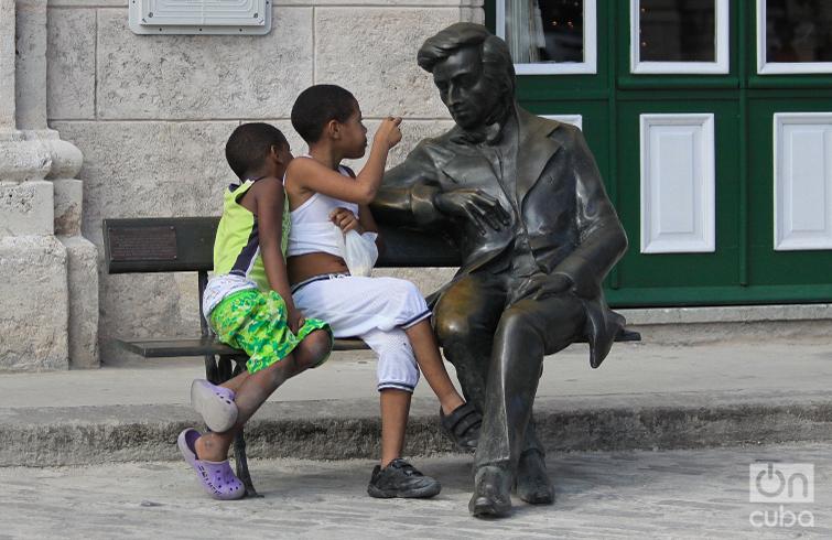 Aunque era polaco y vivió en Francia, Federico Chopin también está en La Habana. En un banco de la Plaza de San Francisco, donde confluyen las calles Oficios y Amargura, el virtuoso pianista y compositor parece conversar con quien se siente a su lado, gracias a la obra del escultor Adam Myjak. Foto: Otmaro Rodríguez.