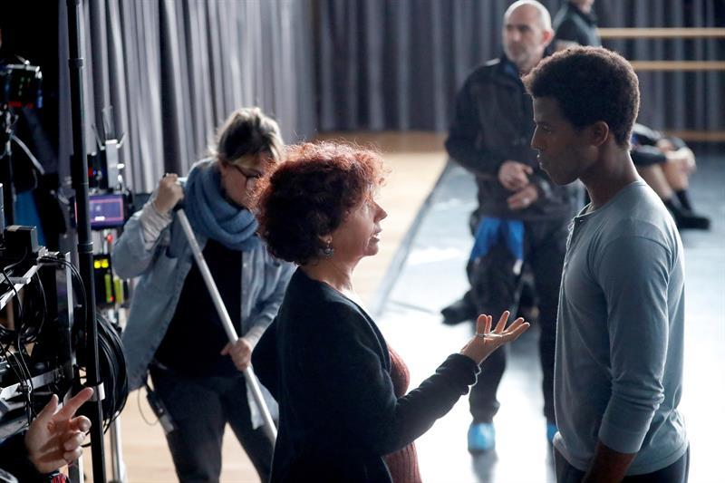 La directora Iciar Bollaín junto al baialrín cubano Kevyn Martínez, que interpreta a Carlos Acosta durante su veintena. Foto: EFE.