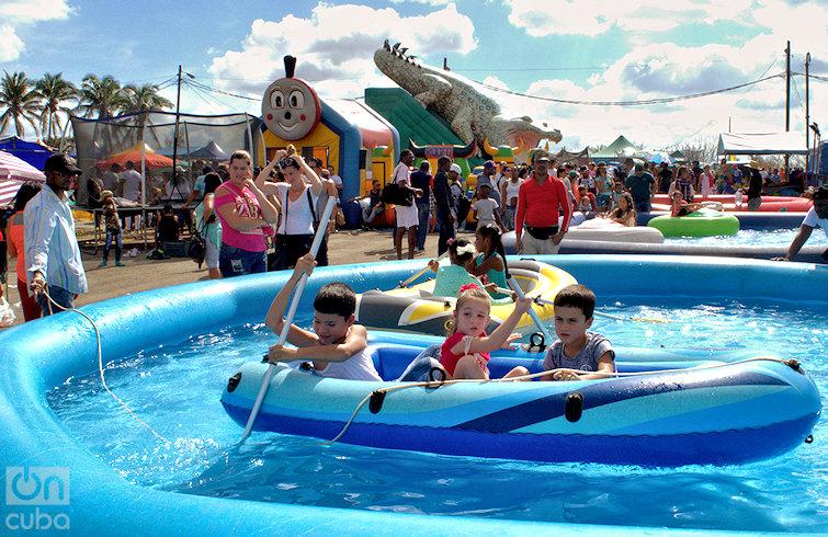Los niños prefieren las opciones recreativas fuera del recinto ferial. Foto: Otmaro Rodríguez.