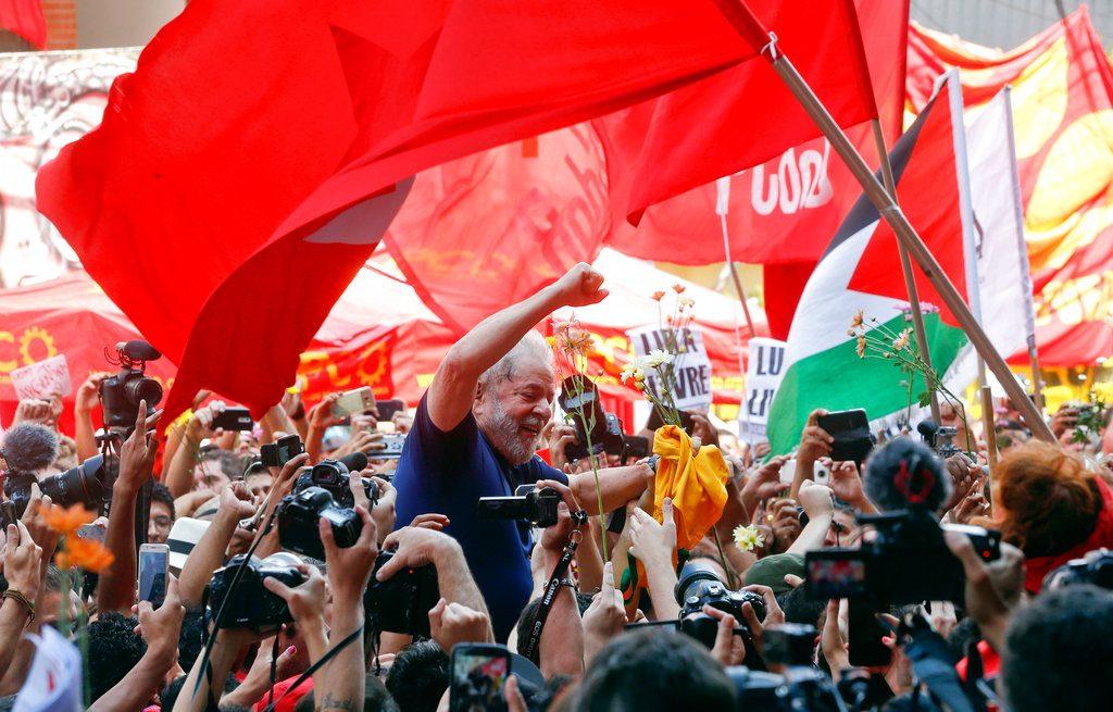 Luiz Inácio Lula da Silva, cargado en hombros por sus simpatizantes a las afueras de la sede del Sindicato de Trabajadores Metalúrgicos en Sao Bernardo do Campo, el 7 de abril de 2018. Foto: Andre Penner / AP.